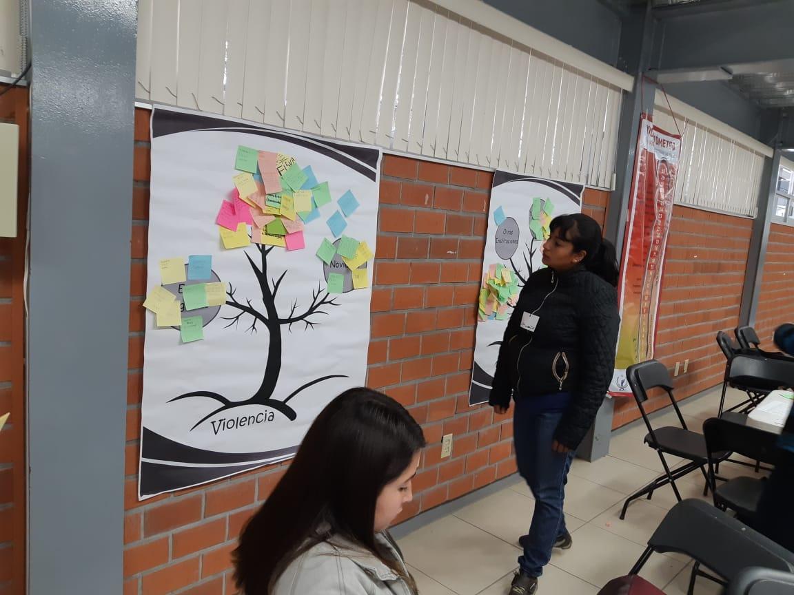 Participante de Talle revisando carteles expuestos