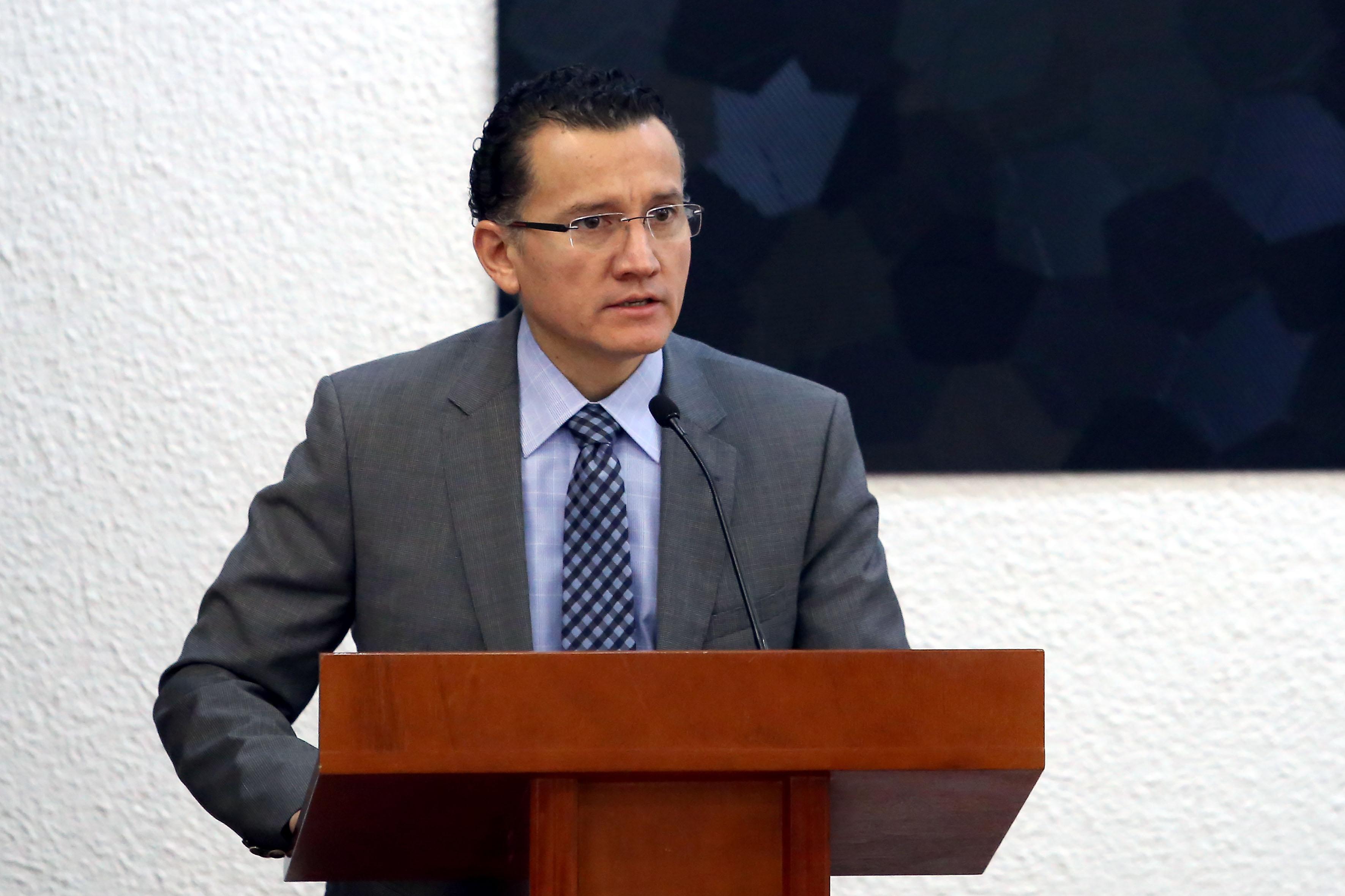 Director División Disciplinas Clínicas al micrófono en el pódium