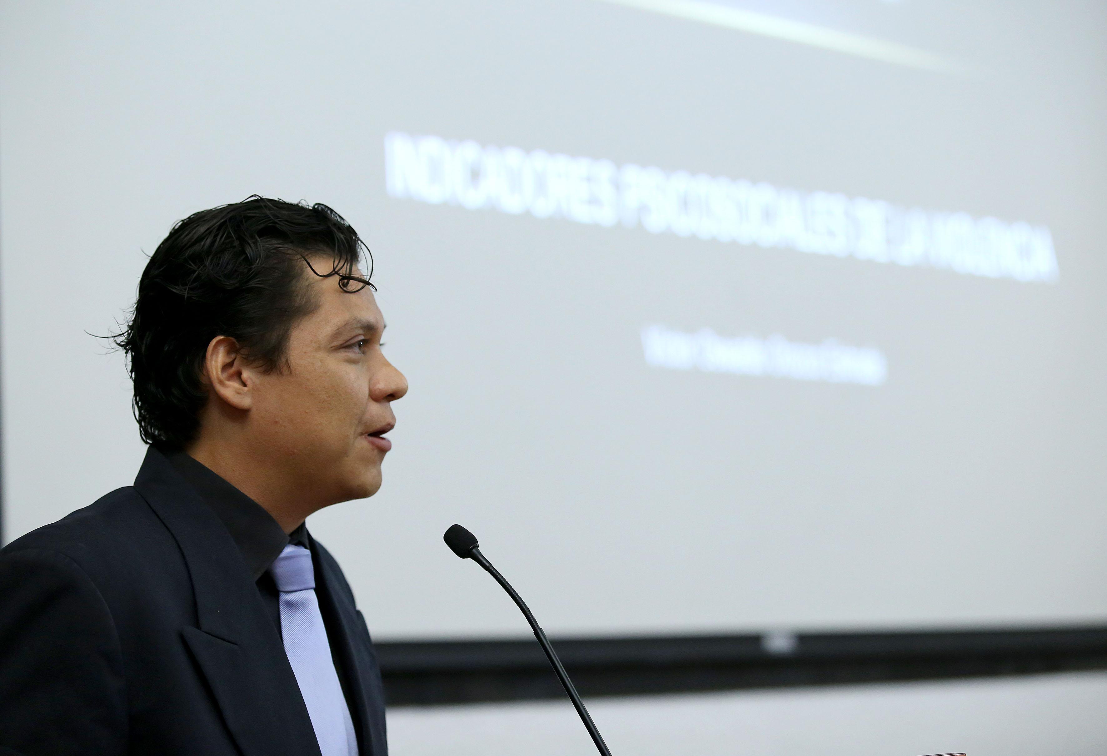Psicólogo impartiendo conferencia magistral