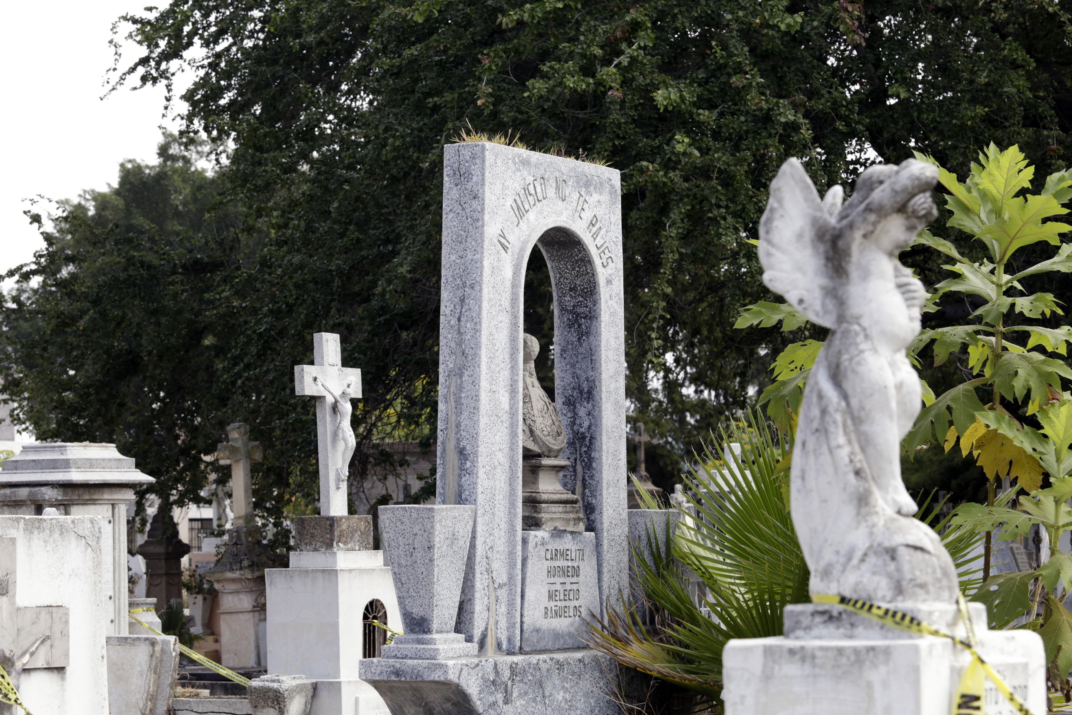 Lápidas en un panteón
