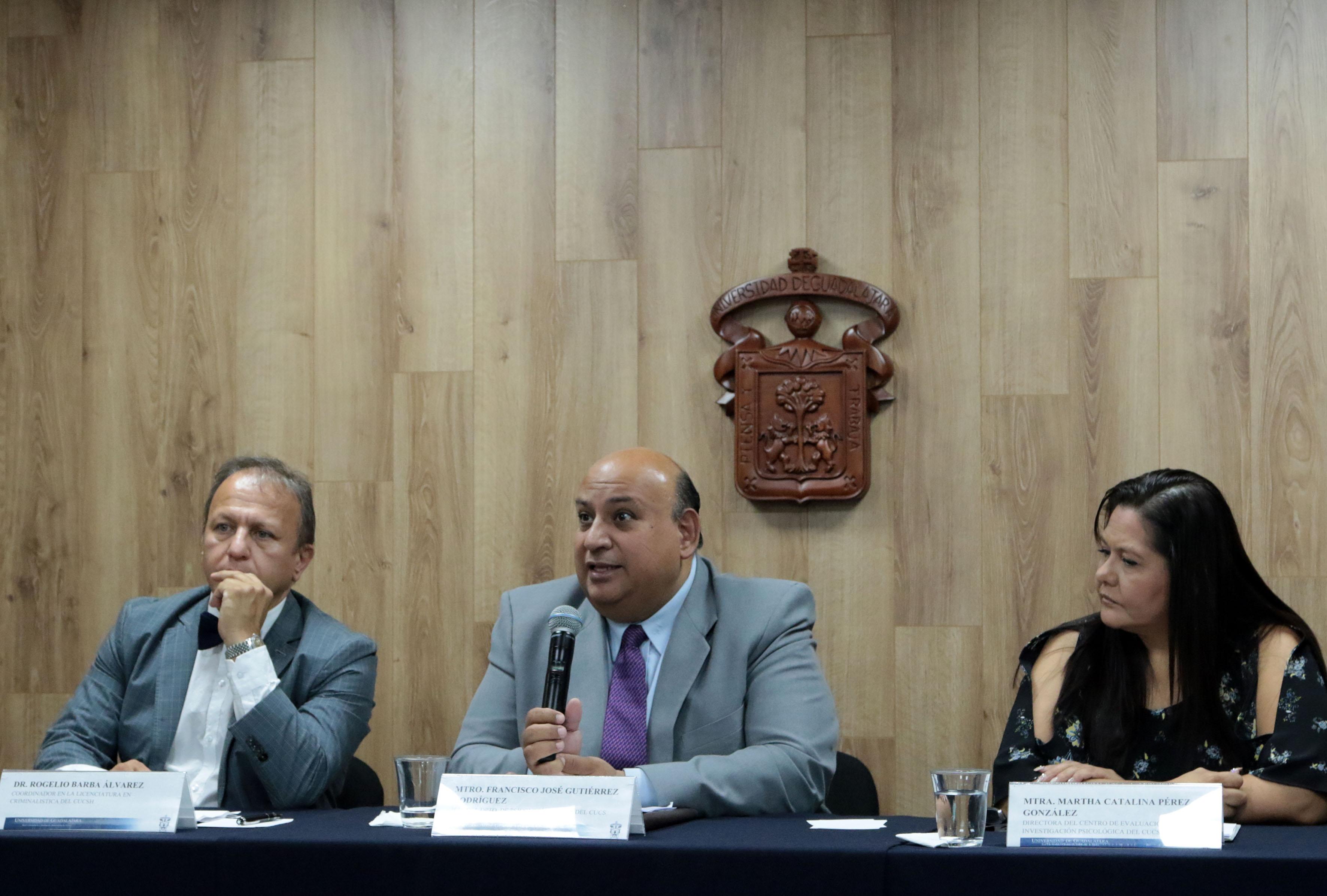 Miembros del presídium en la Rueda de Prensa al micrófono investigador del CUCS