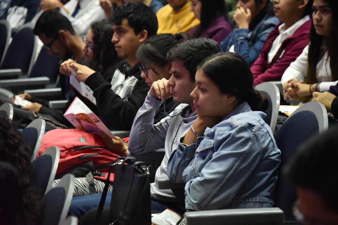 Alumnos atentos a la conferencia