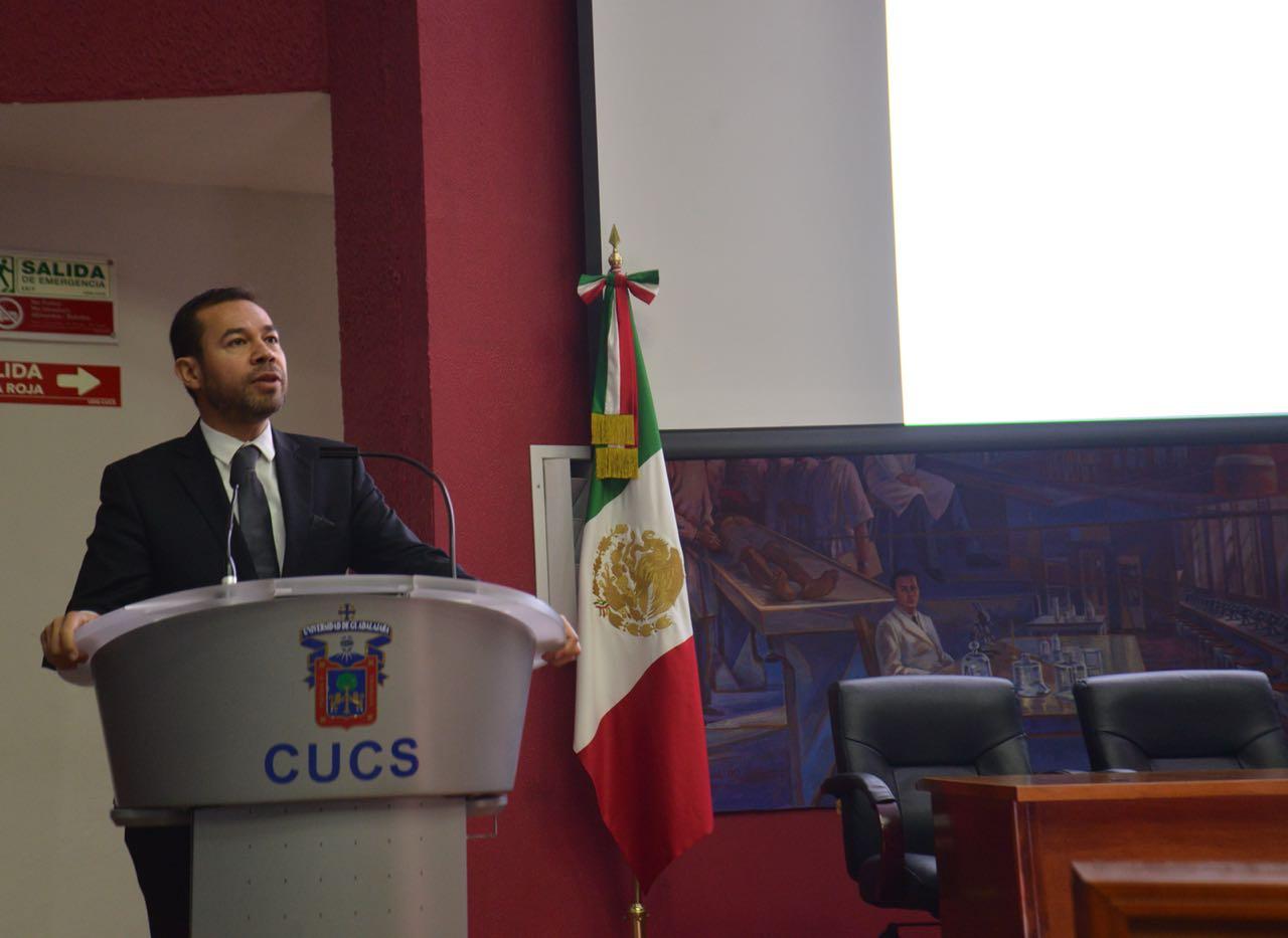 Dr. Mario Moisés Álvarez al micrófono en el podio