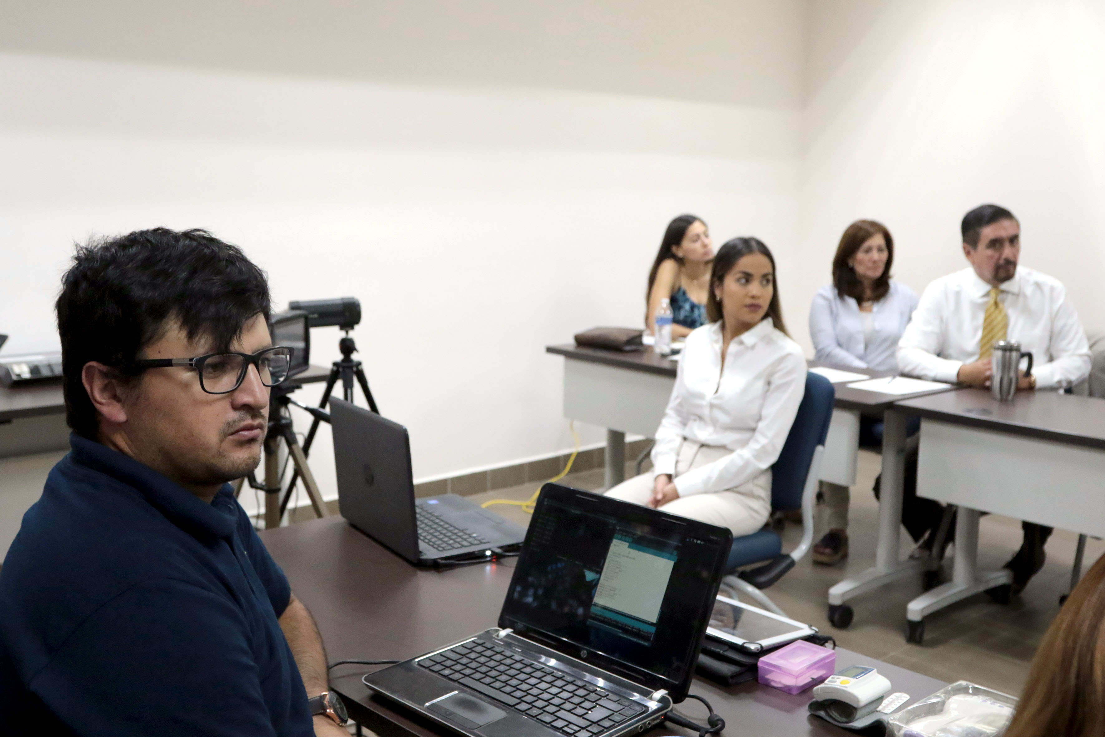 Alumnos presencian la presentación del dispositivo