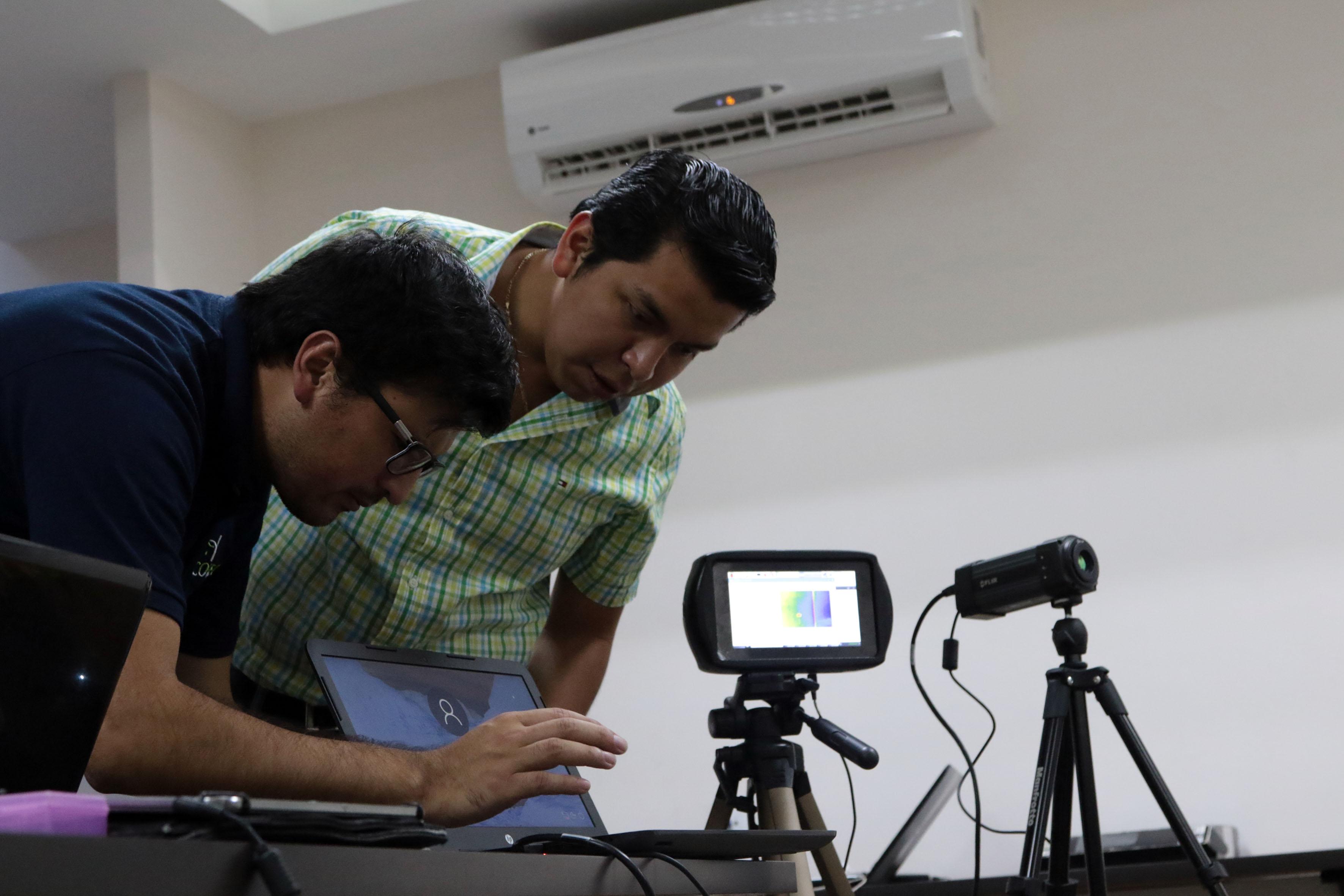 Expositores instalan cámaras y demás dispositivos electrónicos