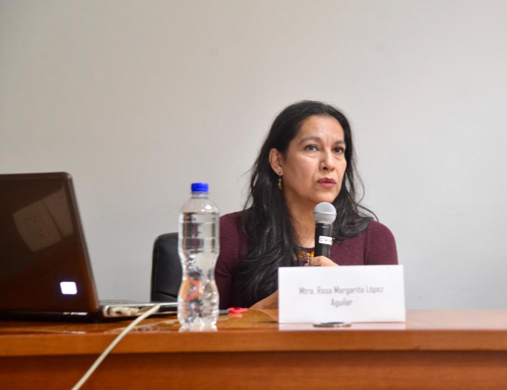 Dra. Rosa Margarita López Aguilar impartiendo conferencia