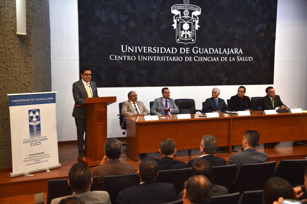 Miembros del presídium, al pódium el rector del CUCS