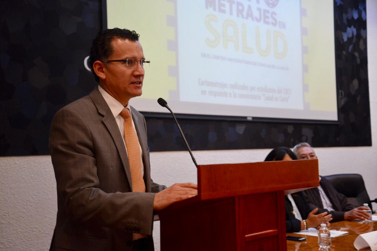 Dr. Eduardo Sánchez haciendo uso de la voa en el podio