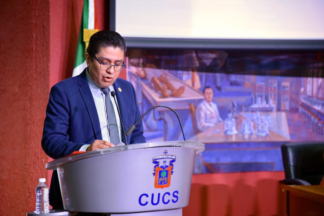 Rector del CUCS dirigiendo un discurso a los egresados