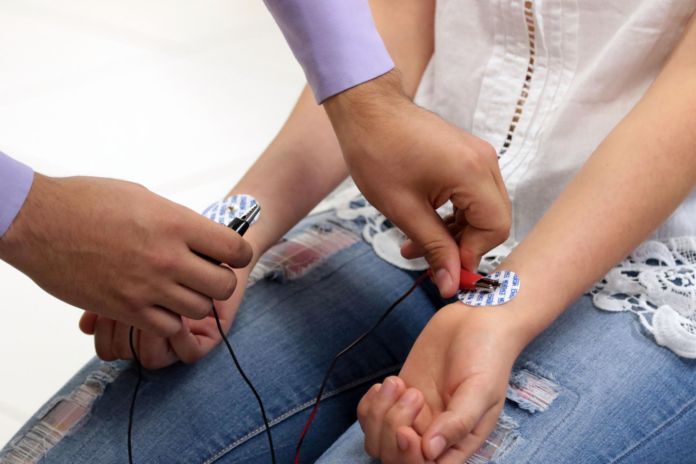 A paciente se le colocan ventosas con electrodos en muñecas