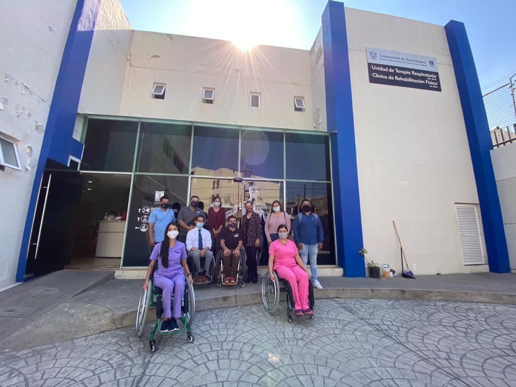 personal de CUCS posando para la foto en silla de ruedas afuera de la Clínica de Terapia Física