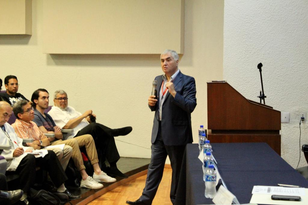 Funcionario de la SSJ impartiendo conferencia toma abierta