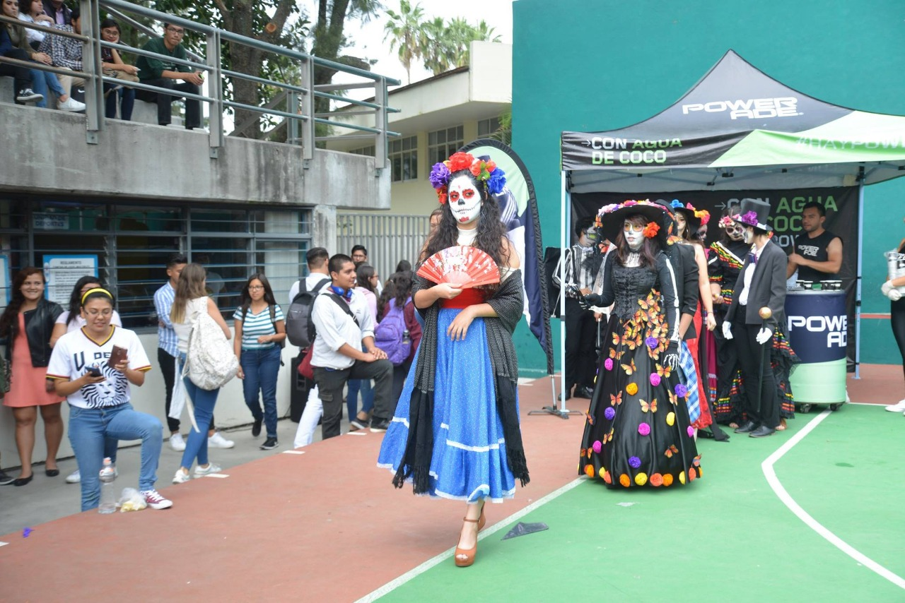 Alumna haciendo pasarela en desfile de catrinas
