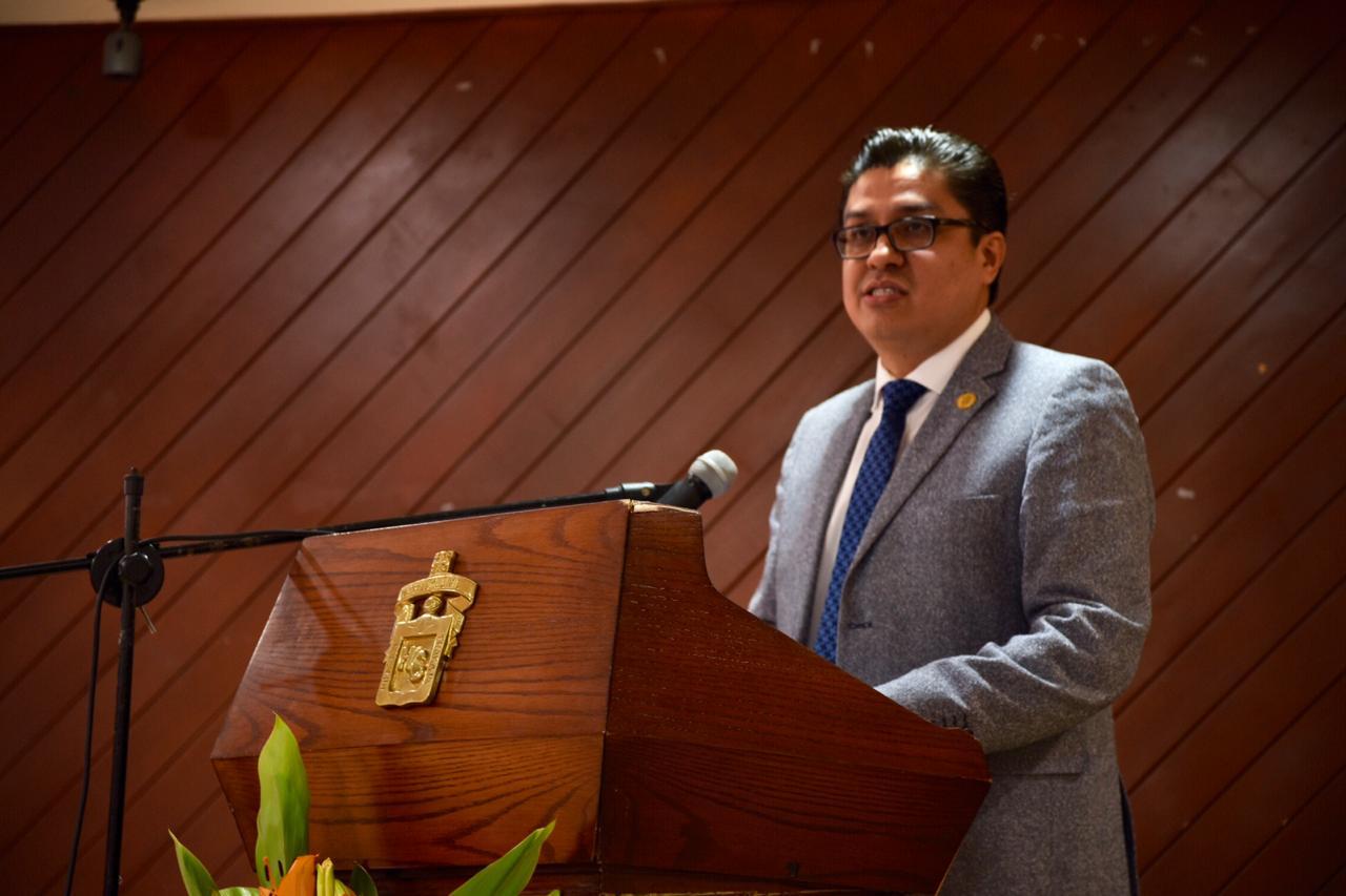 Dr. Muñoz ofreciendo discurso a nombre del rector General de la UdeG