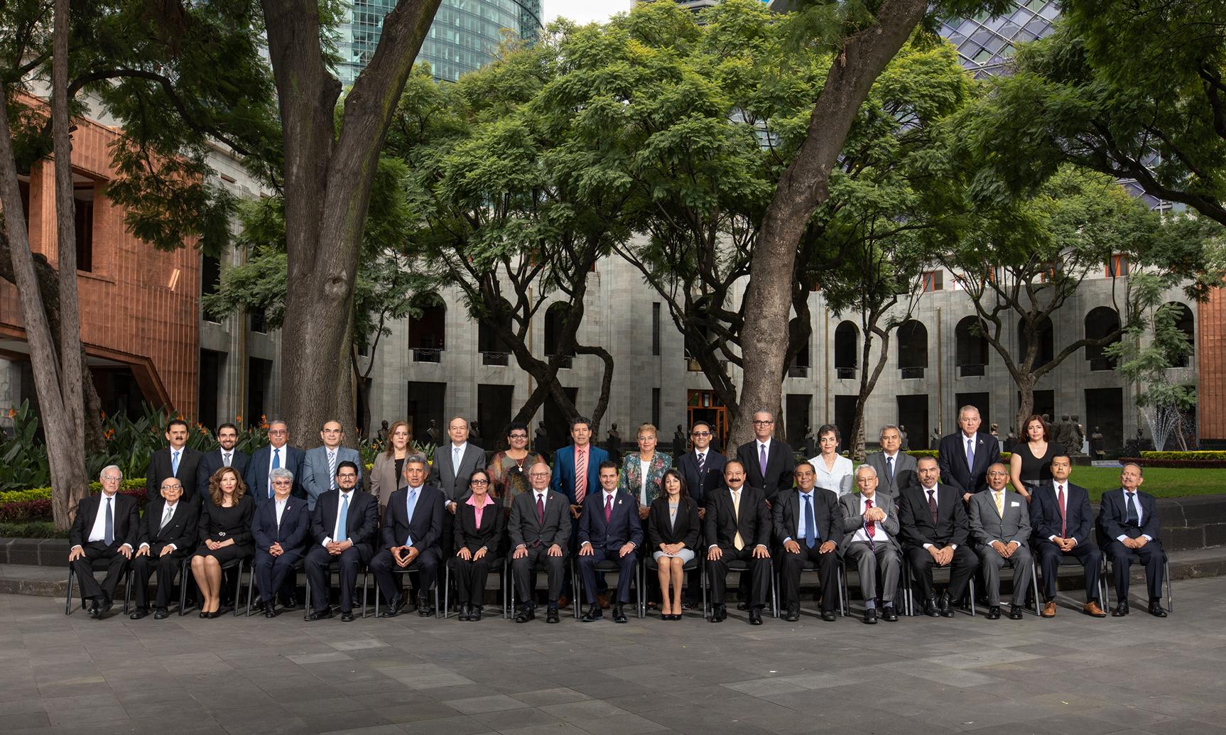 Fotografía grupal panorámica de médicos reconocidos