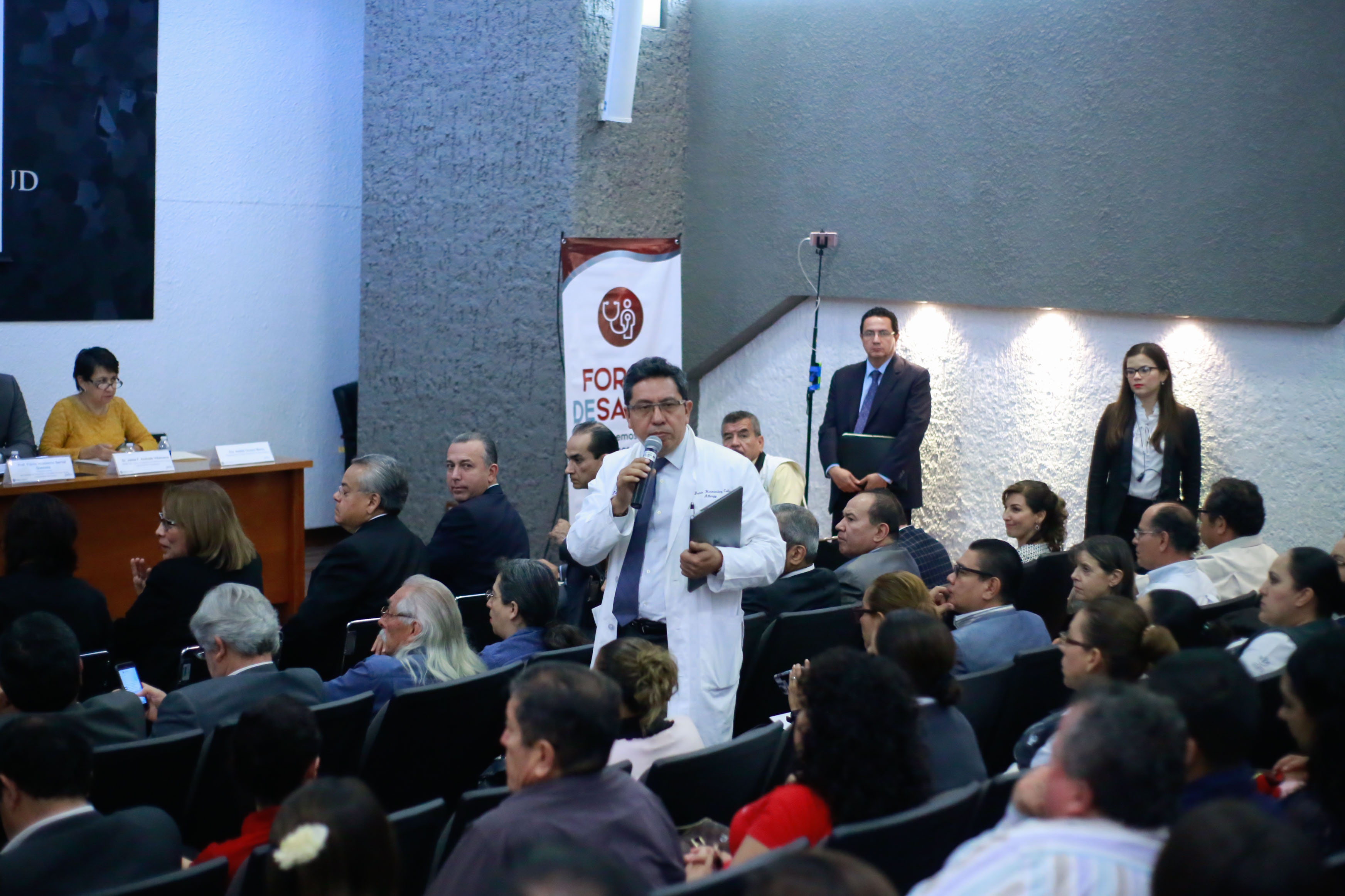 Médico participante en el foro al micrófono