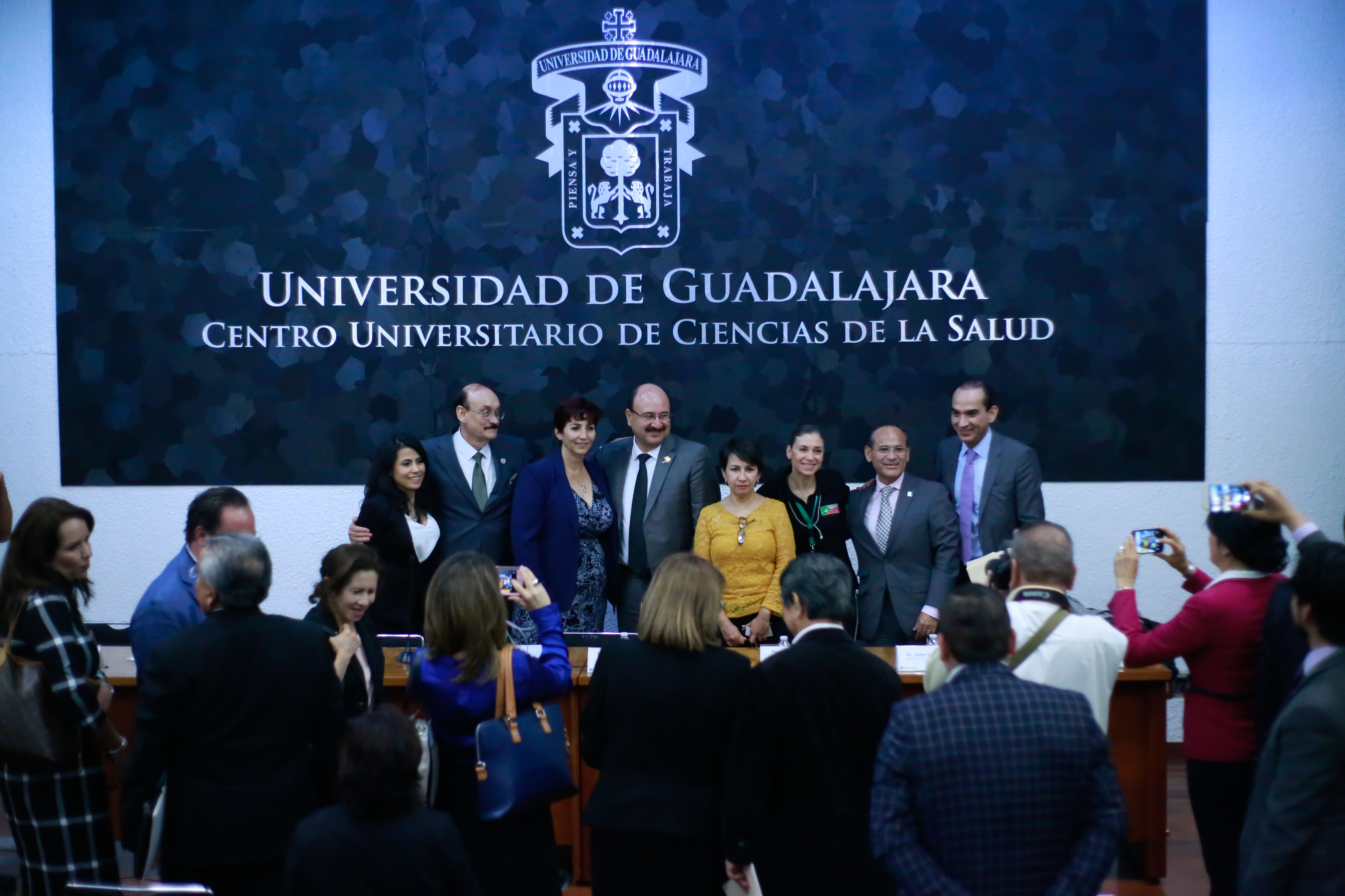 Foto grupal de los miembros del presídium al final del Foro
