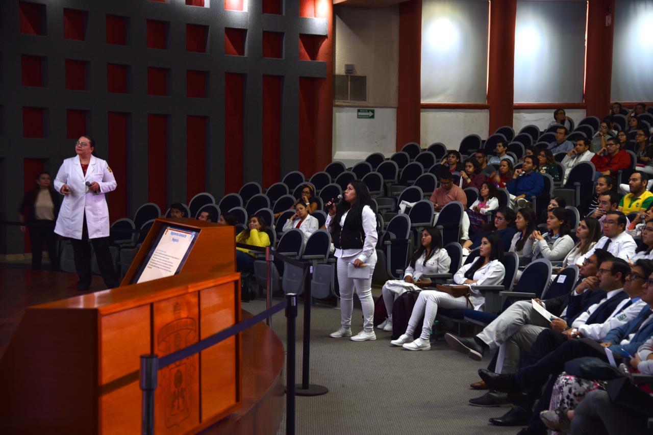 Coordinadora de Especialidades exponiendo una diapositiva
