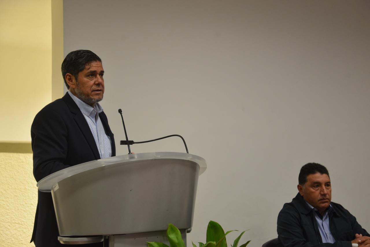 Secretario General del STAUdeG ofreciendo mensaje en el podio