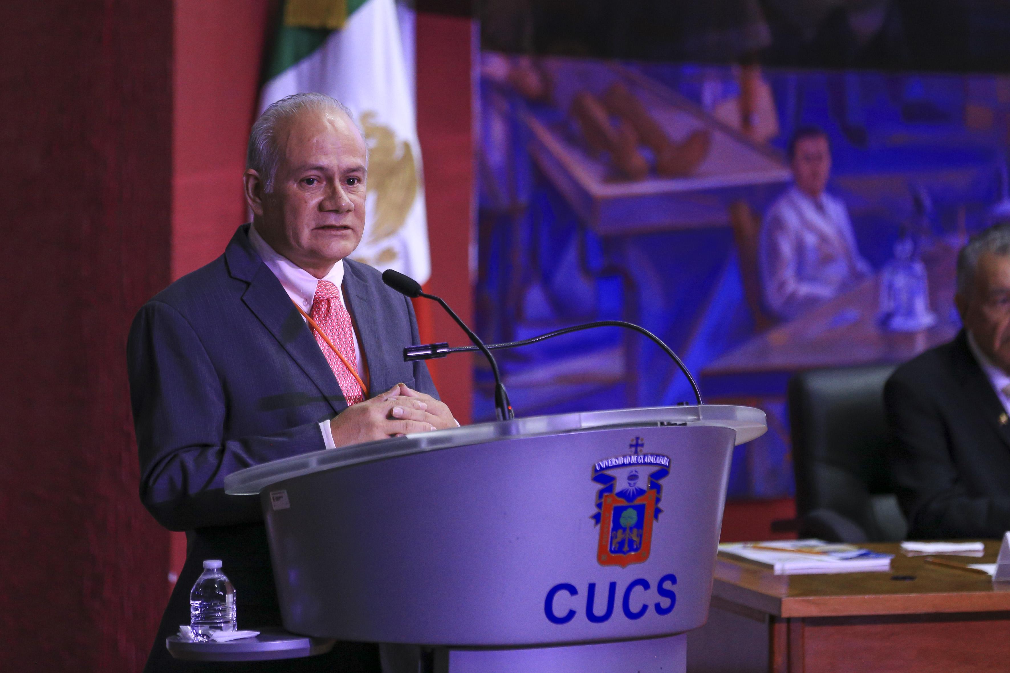 Dr. Leandro Hernández de la Secretaría de Salud al micrófono