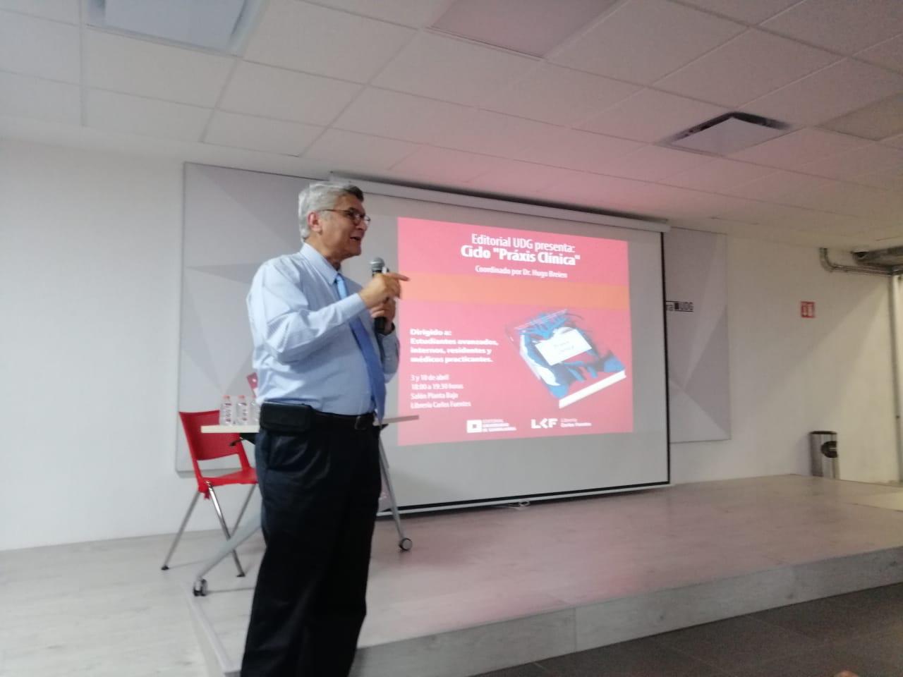 Al micrónofo, Dr. Rodrigo Ramos durante la presentación del libro