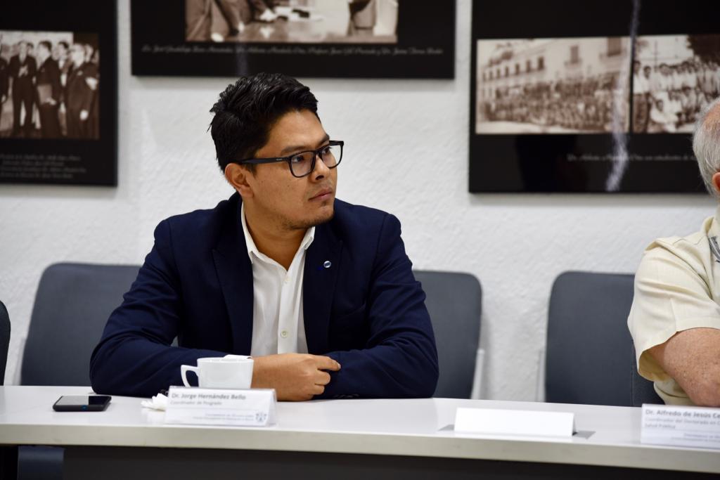 Nuevo coordinador de Posgrado, atento durante la reunión