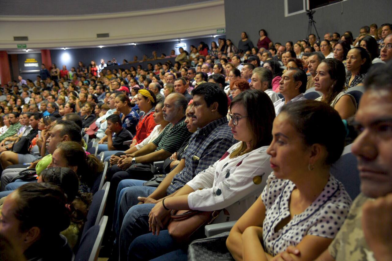 Padres de familia, toma general, auditorio lleno