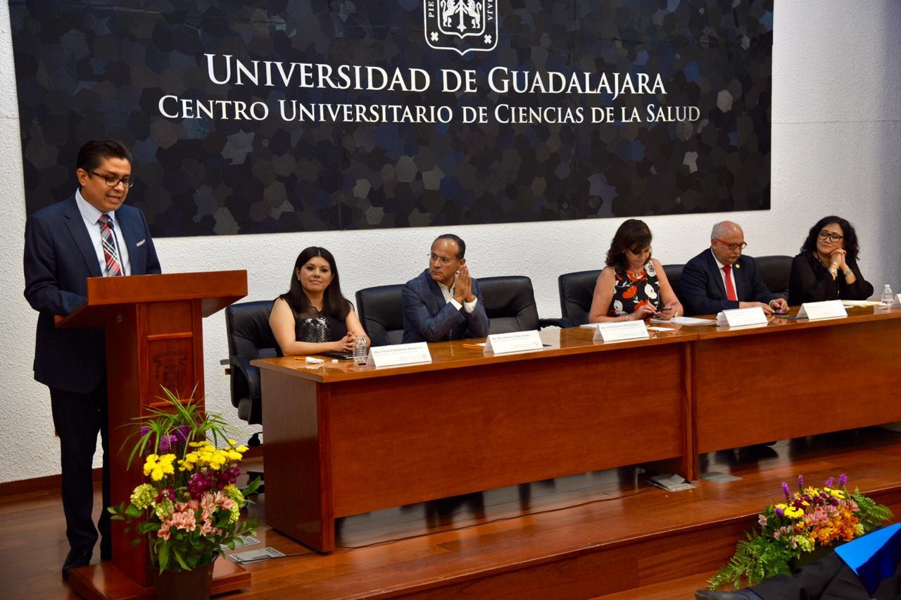 Rector del CUCS en el pódium y al fondo los miembros del presídium.