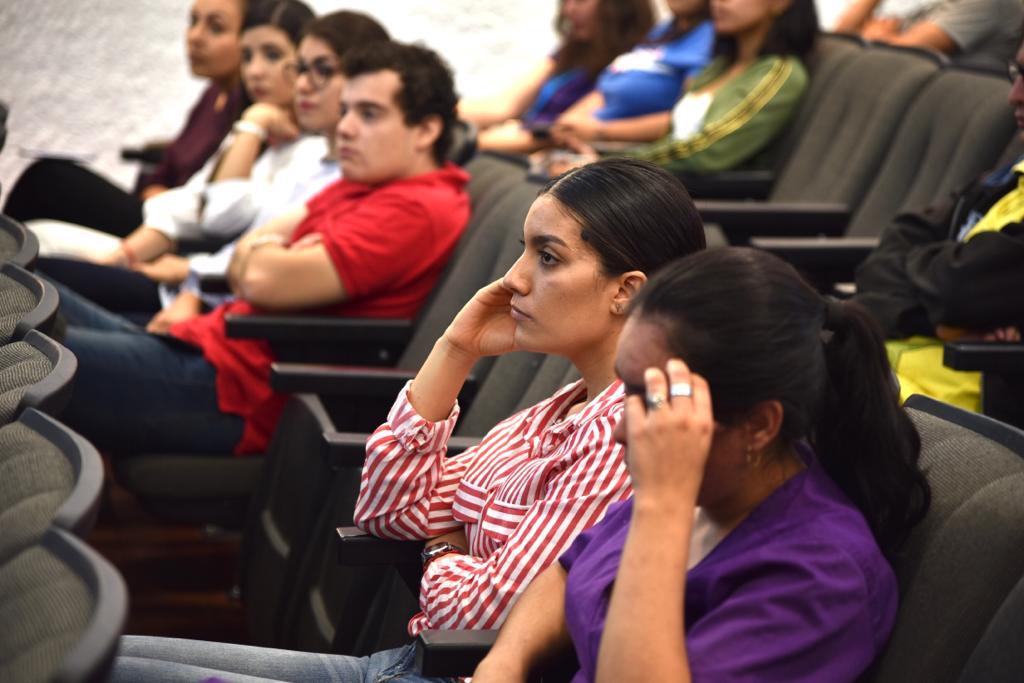 Estudiantes asistentes a la conferencia