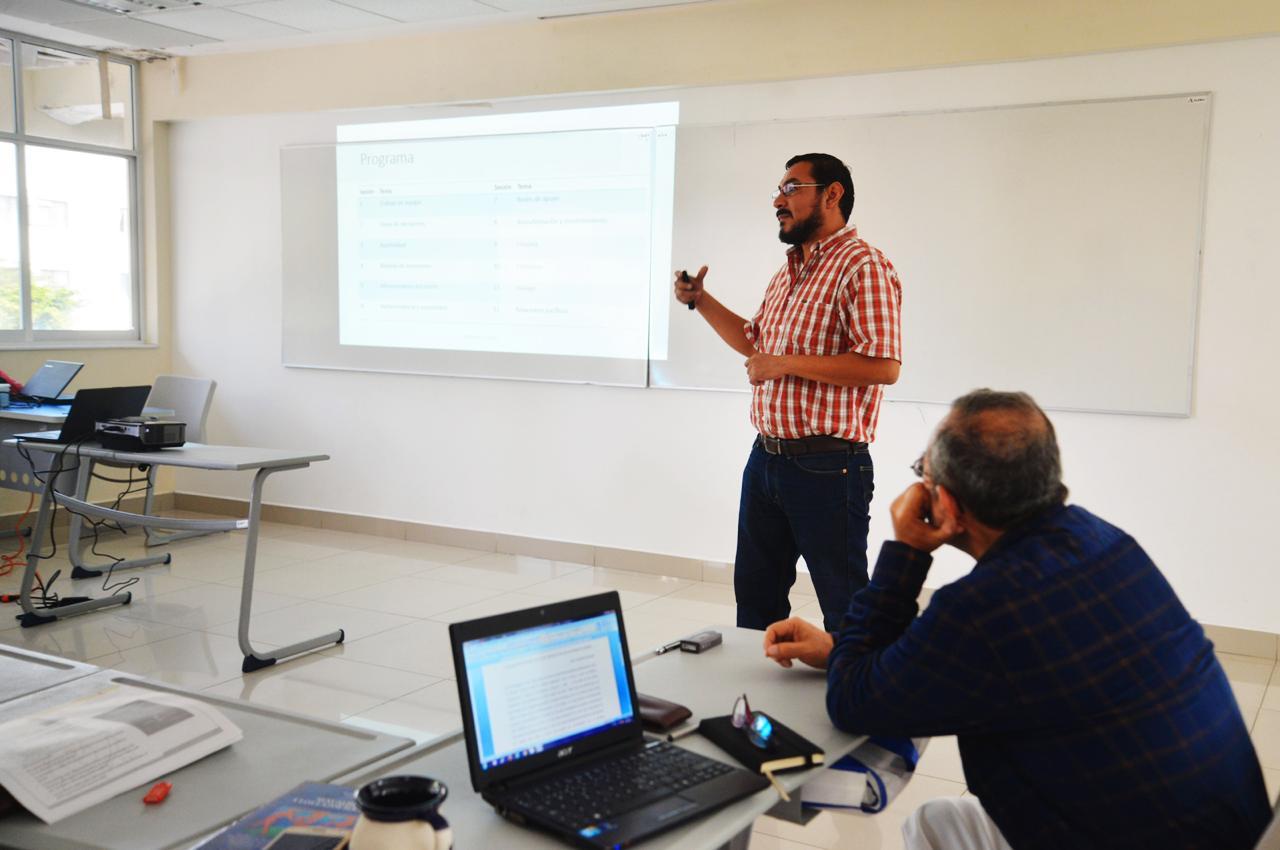 Investigadores y académicos reunidos en Seminarios de investigación 2