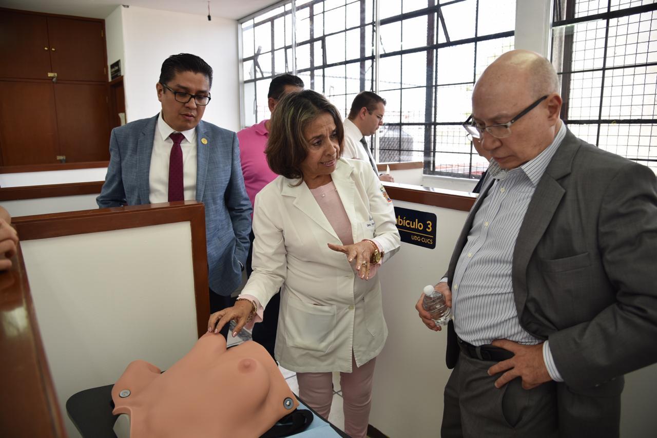 Exponen al rector de CUTonalá algunos simuladores del área materno infantil