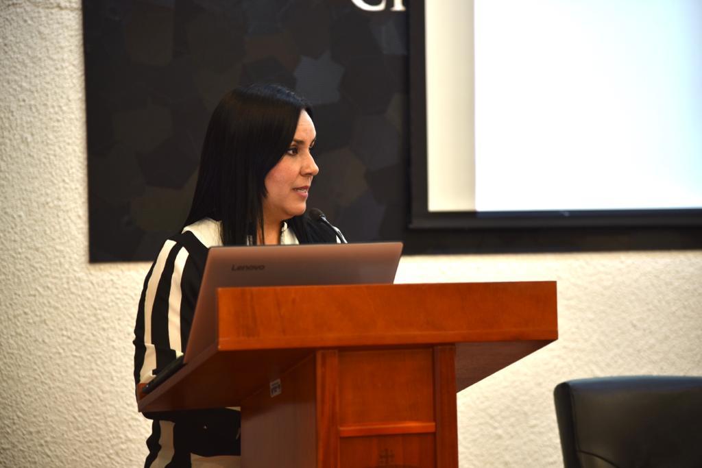 Mtra. Marcela Espinoza de Incuba Emprende al micrófono en el pódium