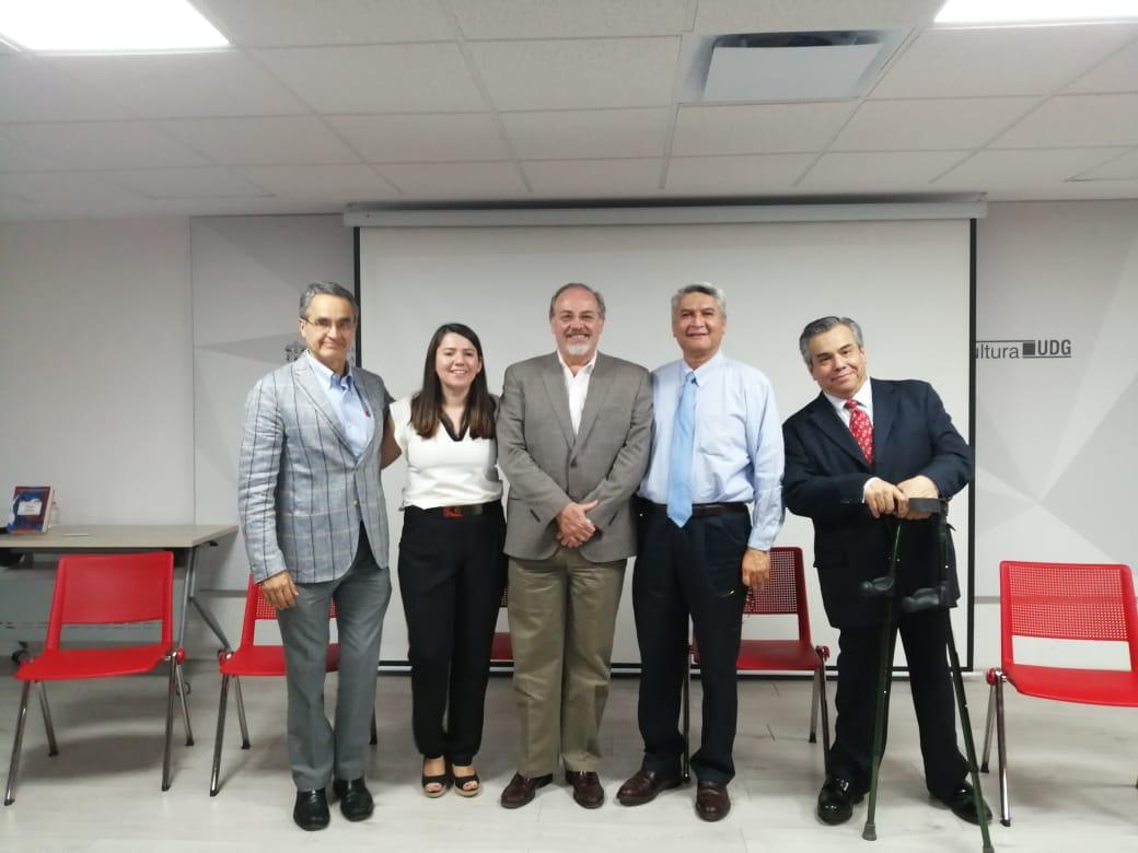 Foto grupal de los directores del libro asistentes a la presentación