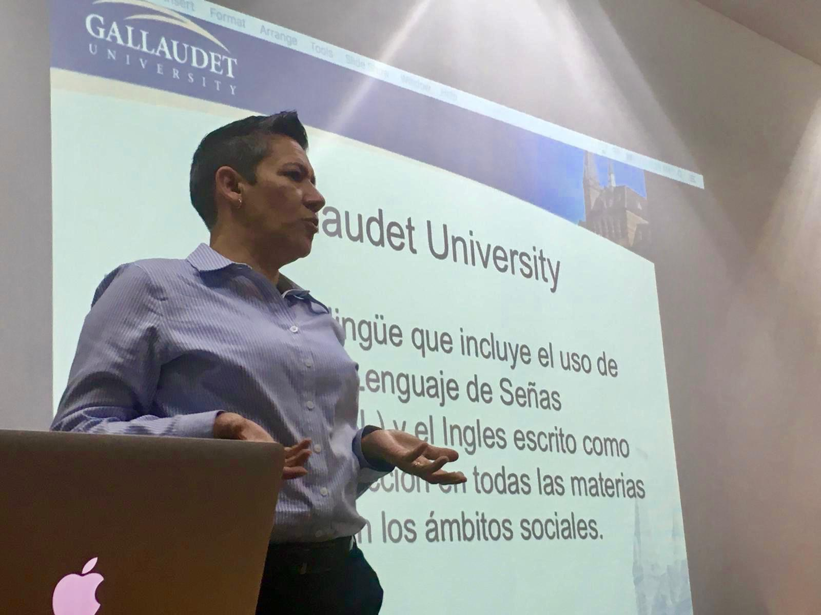 Dra. Maribel Gárate impartiendo conferencia
