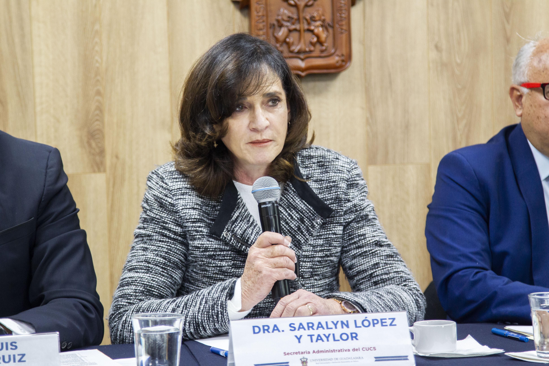 Secretaria Administrativa al micrófono en la Rueda de Prensa