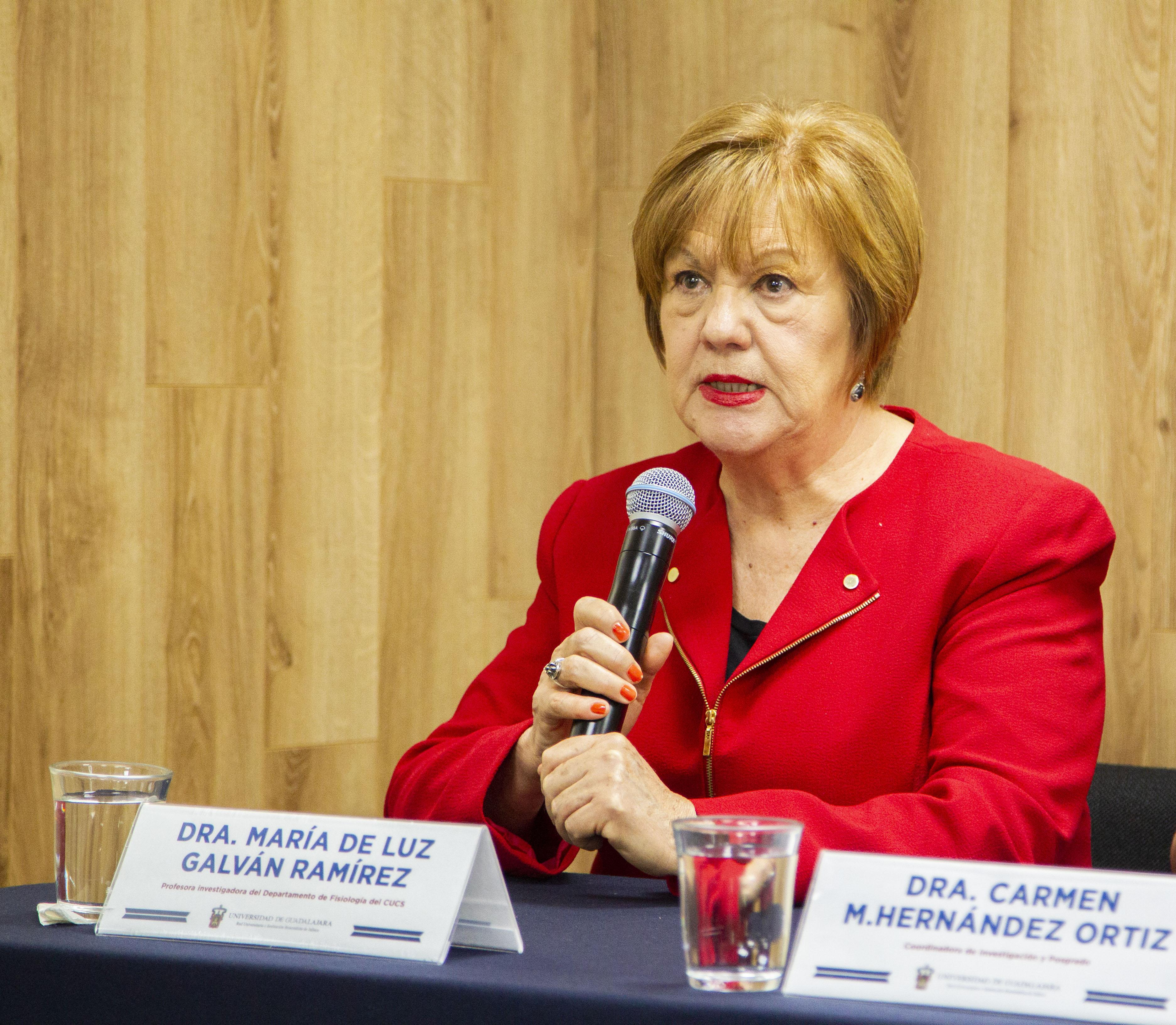 Dra. Ma. Luisa Galván al microfono en la Rueda de Prensa