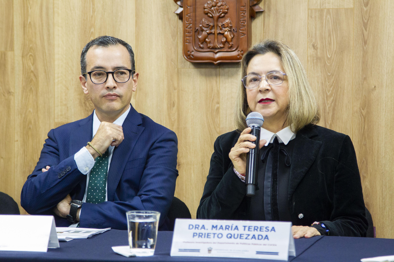 Dra. María Teresa Prieto Quezada al micrófono