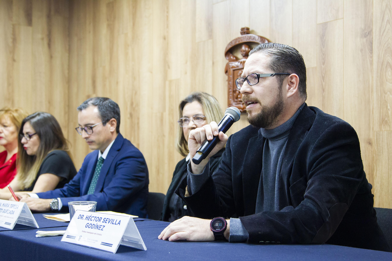 Dr. Héctor Sevilla Godínez al micrófono