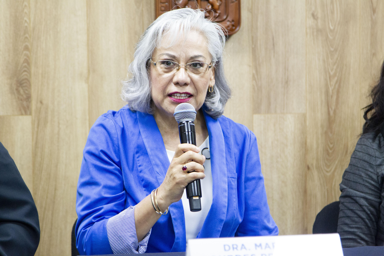 Coordinadora de la Maestría de Salud en el Trabajo del CUCS al micrófono