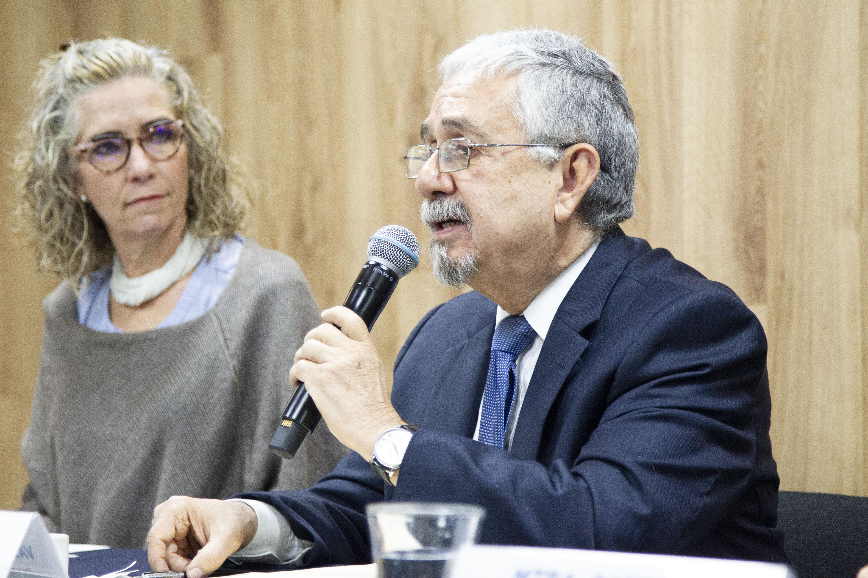 Director Instituto Nutrición Humana al micrófono
