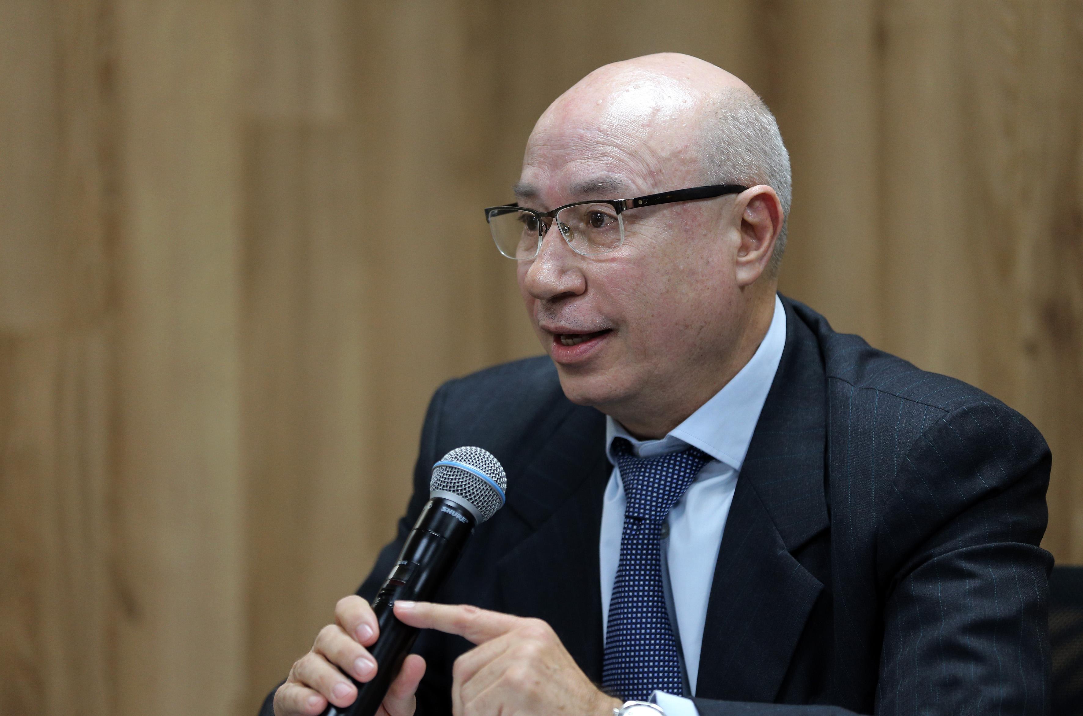Dr. Alfredo Peña en rueda de prensa al micrófono