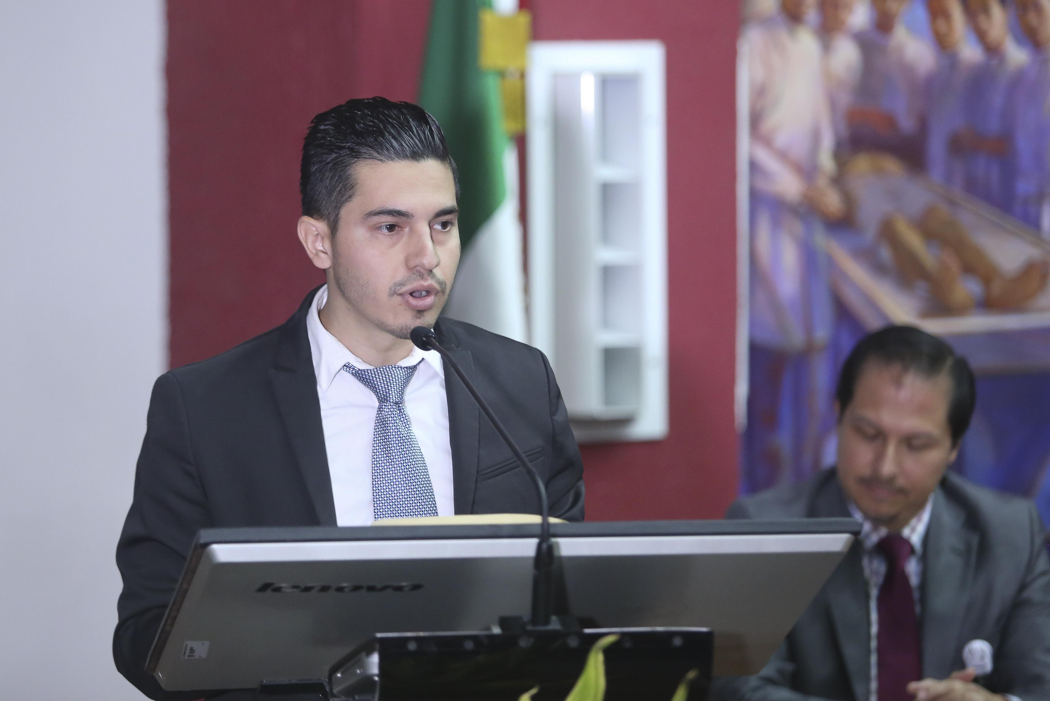 Presidente de la generación al micrófono en el podium