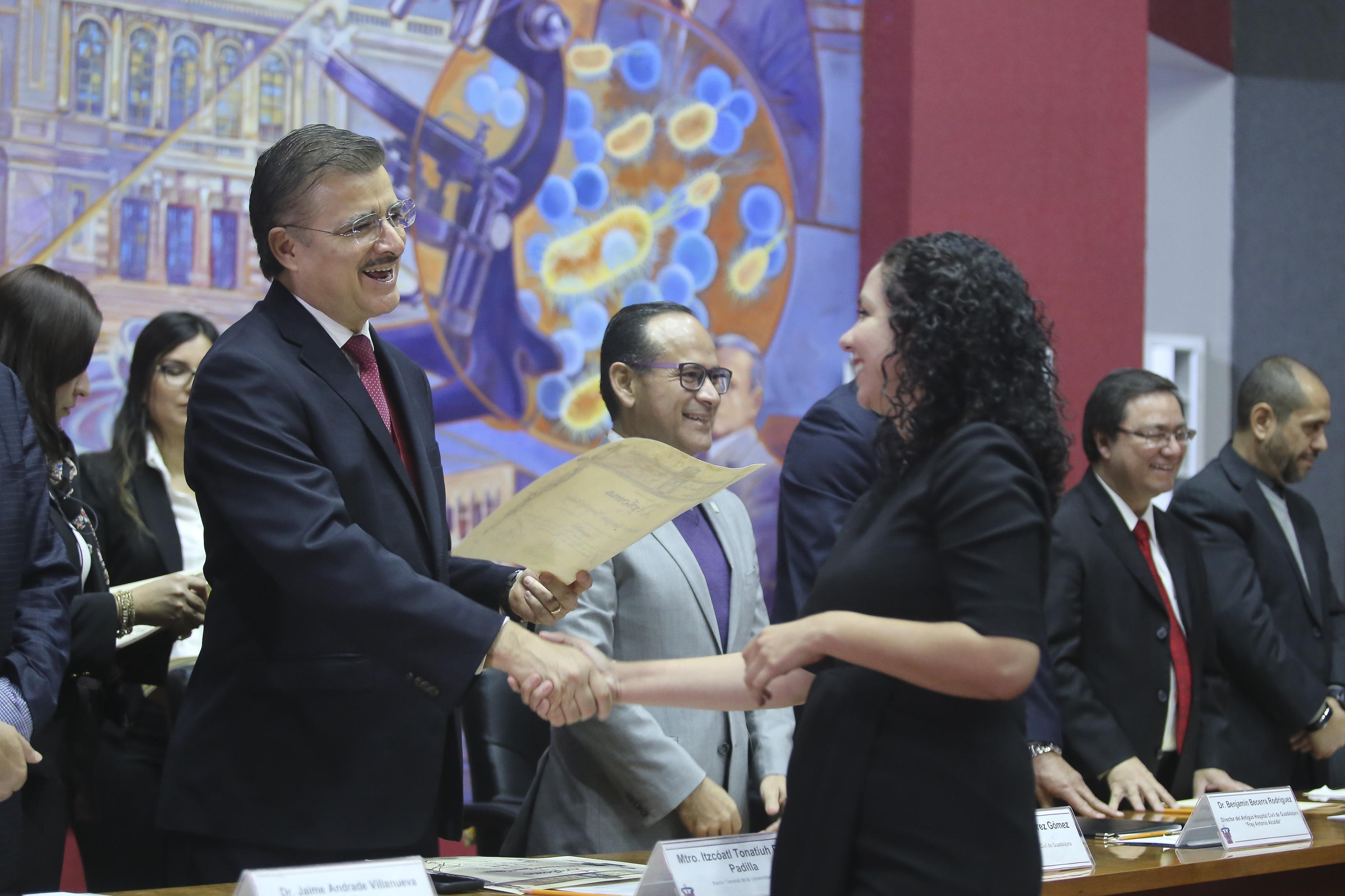 Alumna recibe diploma de parte del Rector General