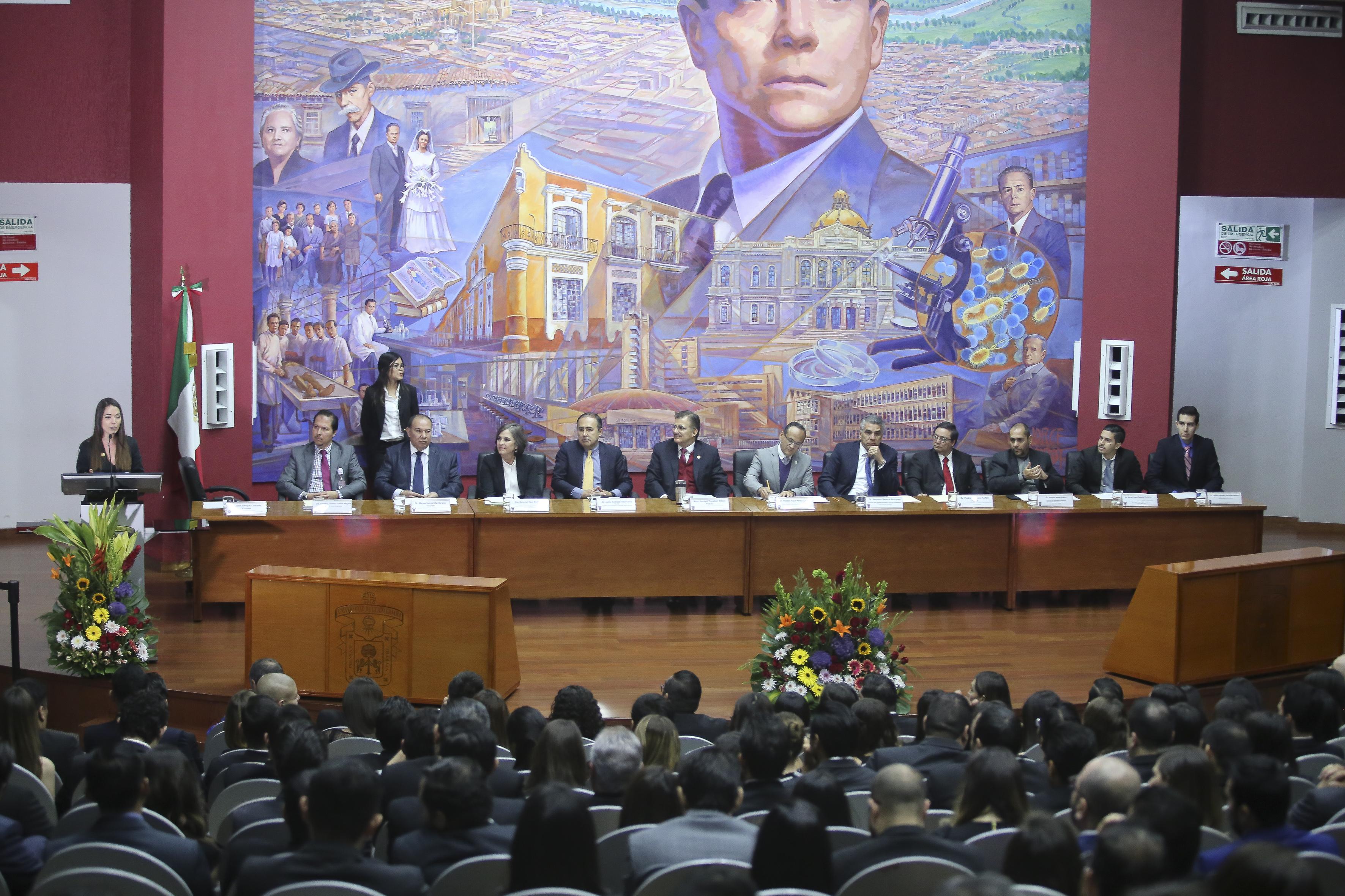 Miembros del presídum en toma general desde la parte posterior del auditorio