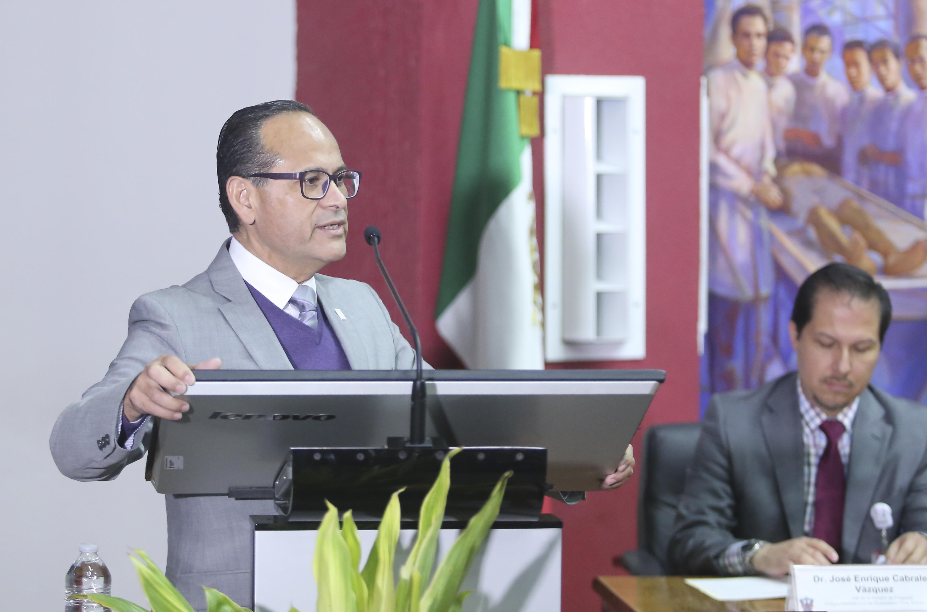 Director General del Hospital Civil de Guadalajara al micrófono en el podium