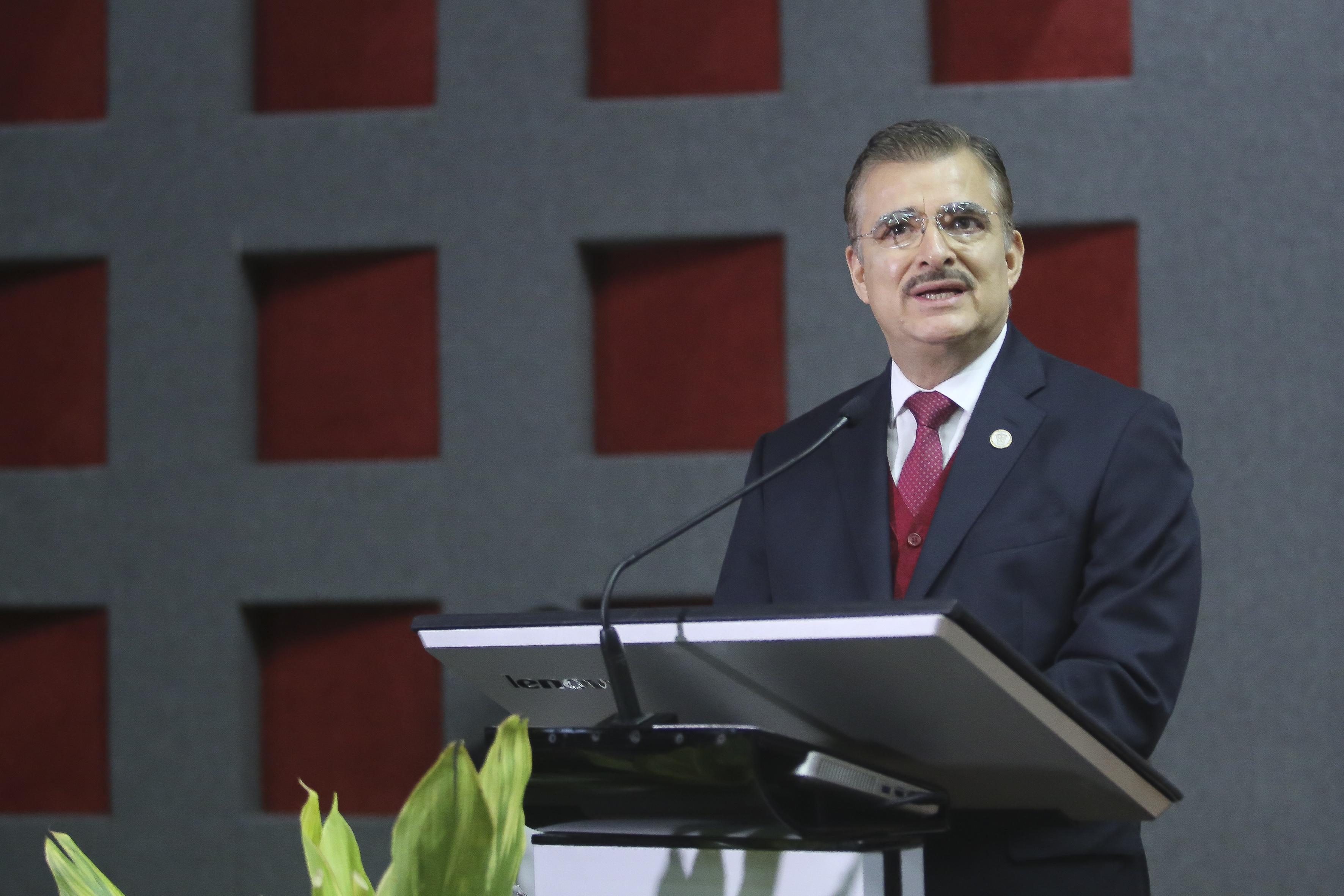 Rector General ofreciendo mensaje a graduados