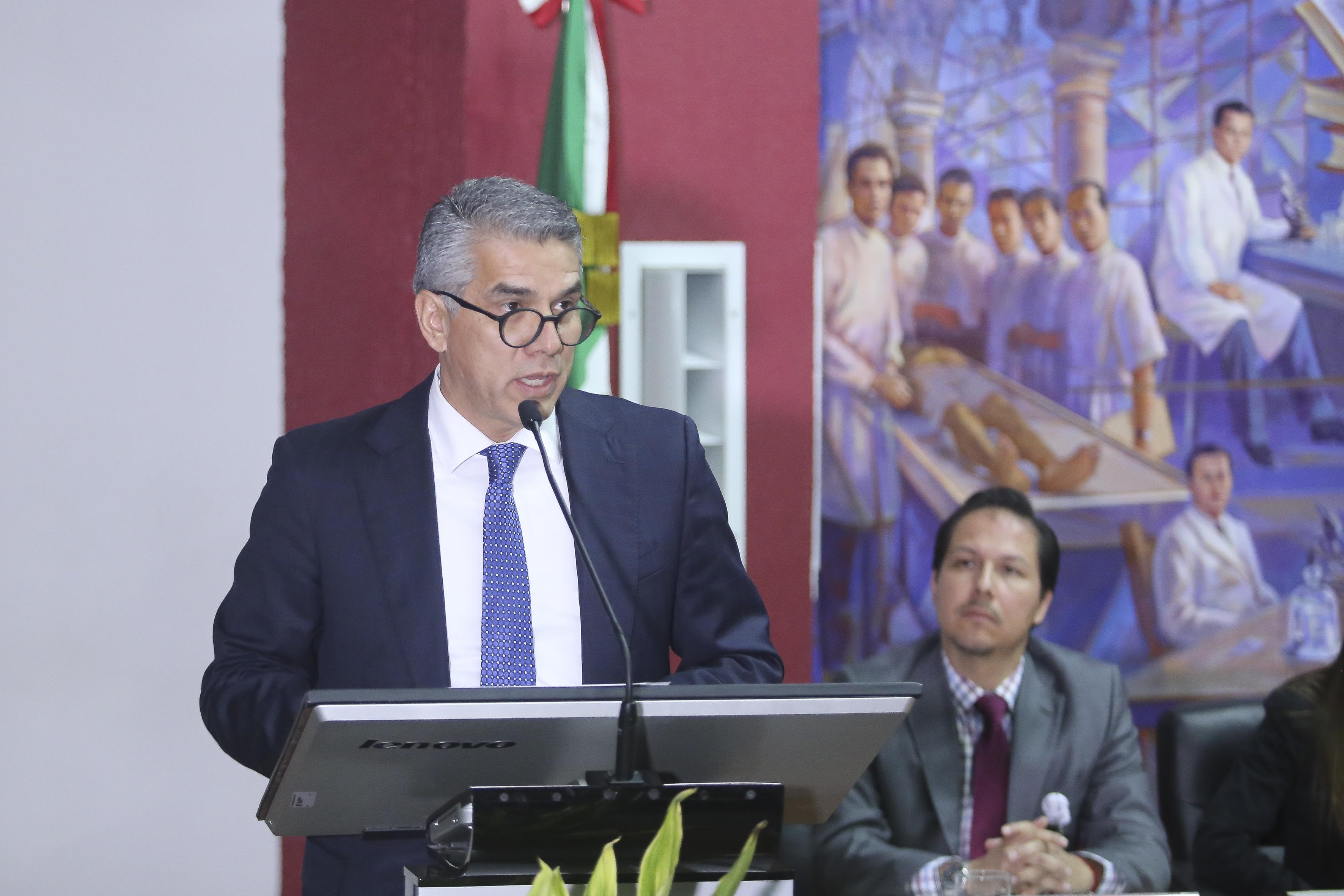 Director del Hospital Civil Fray Antonio Alcalde al micrófono en el podium
