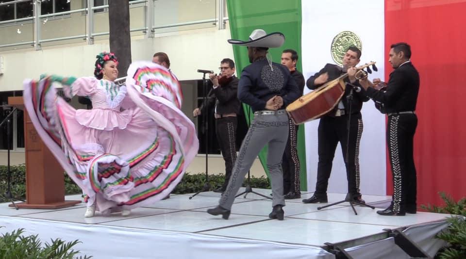 Alumnos bailando con trajes típicos