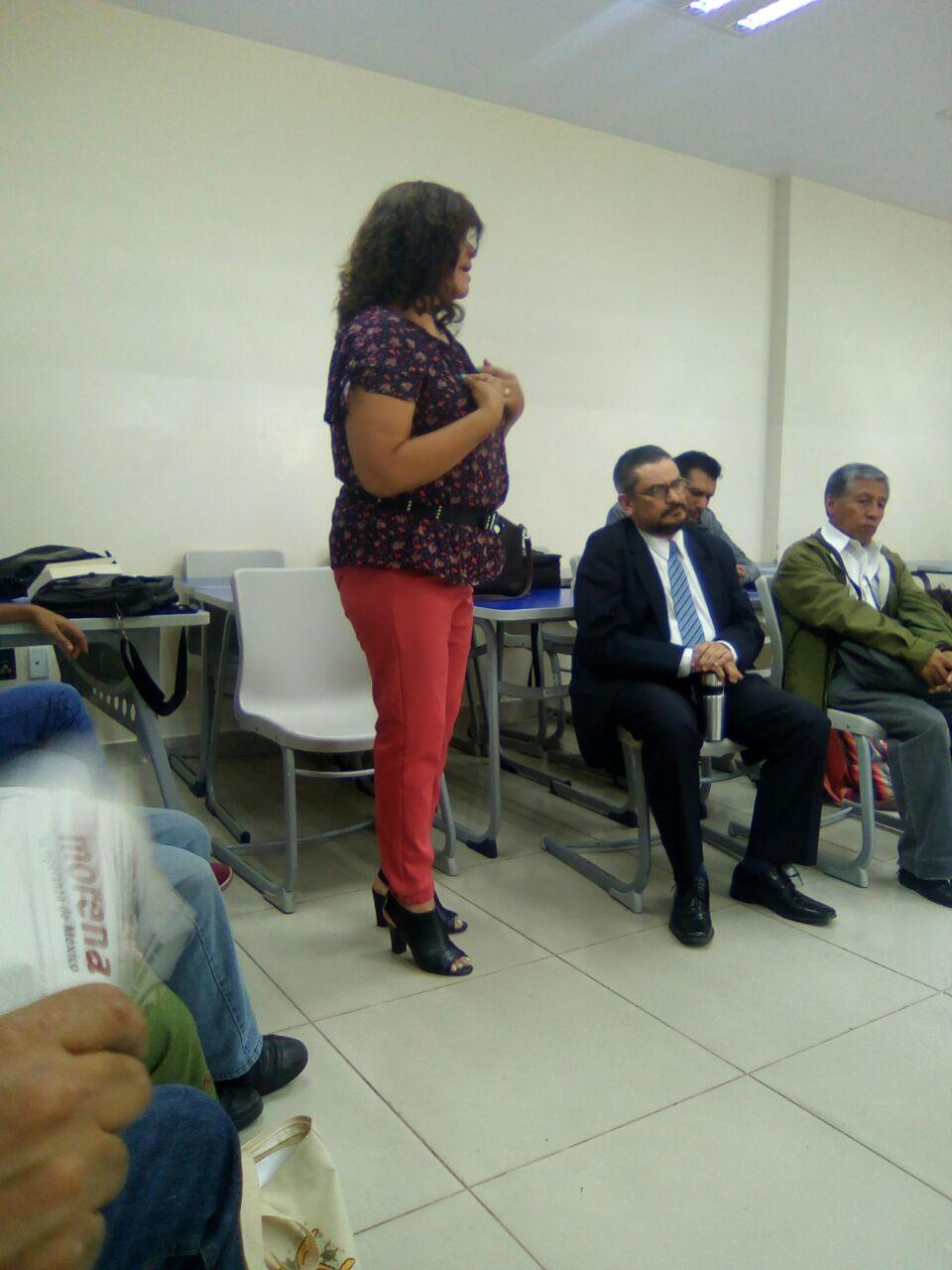 Maestra del CUCS participando en el conversatorio