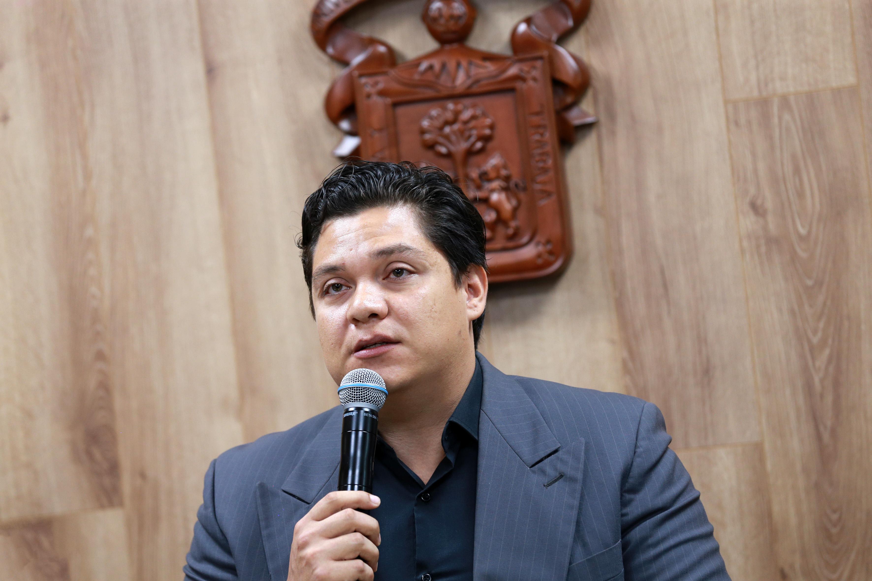 Lic Víctor Orozco al micrófono, toma cerrada